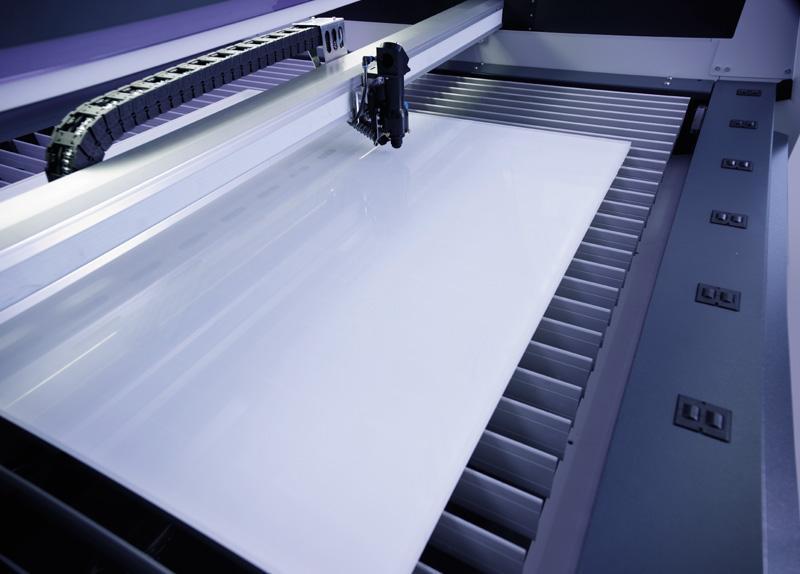 Rezanje pleksi stekla v laserskem rezalniku SP1500