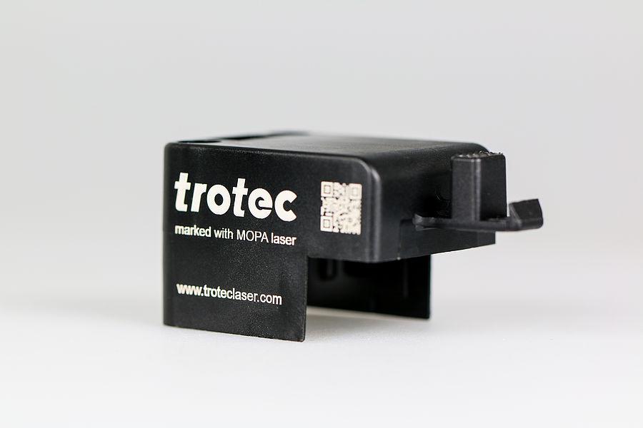 Lasersko označevanje temne plastike