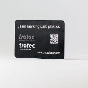 Visokokontrastna laserska oznaka na temni plastiki